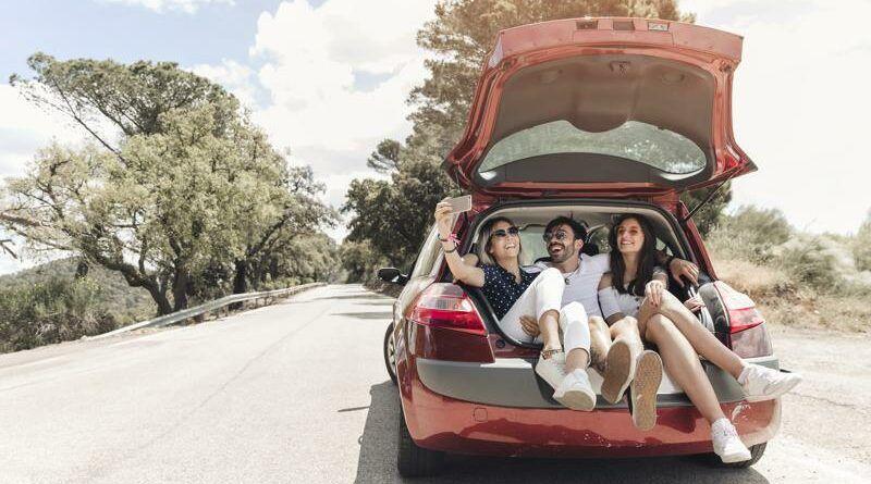 amigos en un coche felices