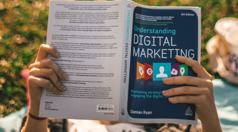persona leyendo libro de marketing