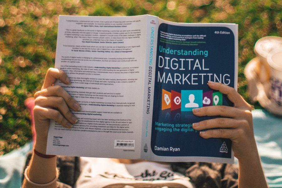persona leyendo libro de marketing