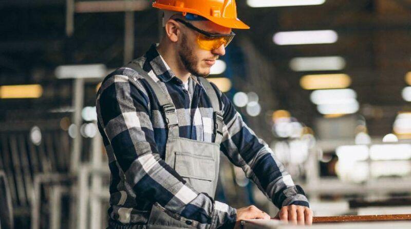 hombre en fabrica