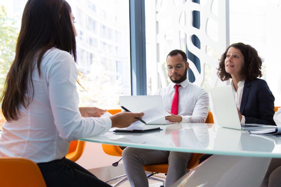 personas sentadas en una mesa de reuniones