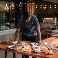 hombre delante de platos de comida en restaurante